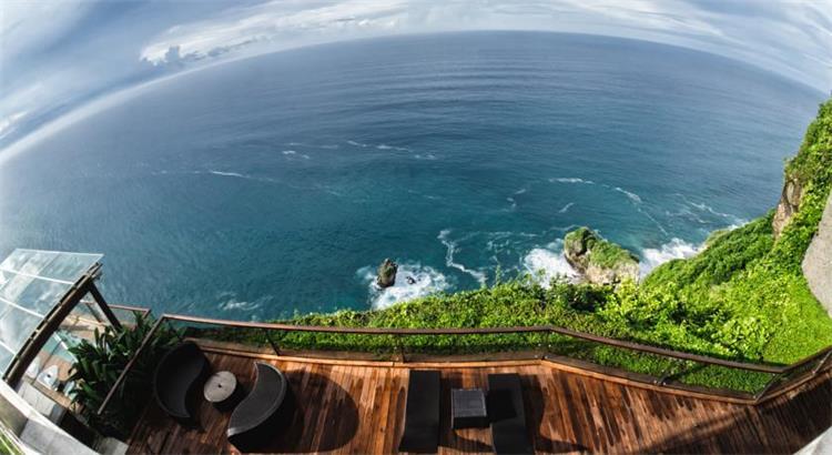 The edge Bali别墅位于俯瞰着海洋的悬崖,提供配有私人游泳池、家庭娱乐系统和免费无线网络连接的豪华五星级别墅,设有世界级的Spa和健身中心。 The Edge的烹饪团队,致力于为所有的客人提供崇高品质美食体验,提供的菜式包括亚式和西式套餐,还有诱人的自制甜点。