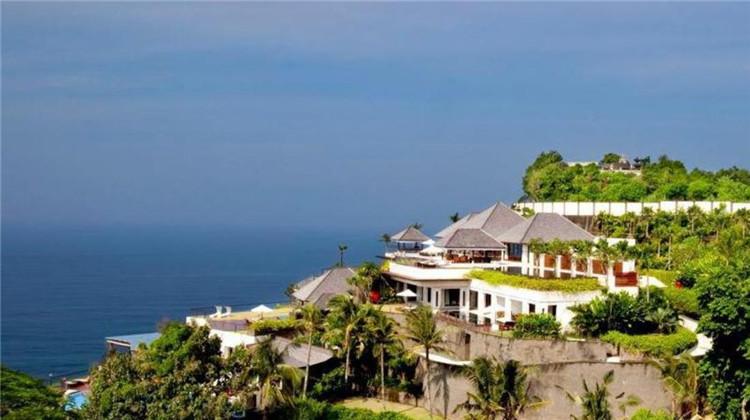 宽敞的别墅设有2个私人游泳池、带先进娱乐系统的私人家庭影院、配备完善的厨房、葡萄酒窖和雪茄休息室。客人可以在别墅的热带花园中或私人阳光甲板上休息。 【海景一卧室别墅】 The Villa - 1 Bedroom Ocean View Villa 800平米 这栋美丽的悬崖前别墅享有波光粼粼的印度洋全景,设有带室外阳光露台的小型游泳池以及四周环绕着葱郁的热带花园的户外用餐区和悬崖畔凉亭。私人浴室设有spa浴缸和淋浴设施   【双卧室豪华别墅】The Shore - 2 Bedroom Ocean View